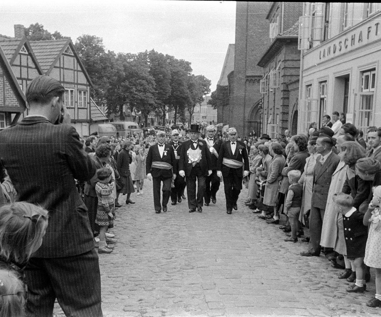 Die Schützengilde am Morgen des Gildefestes 1951 mit König Heinrich Ehlers. FOTO: HFR