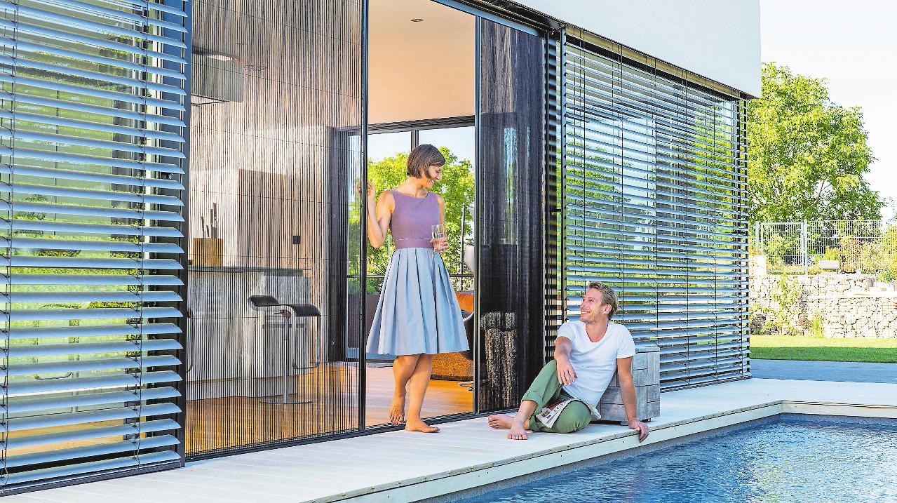Großzügiger wohnen: Schiebetüren lassen Innen- und Außenbereich miteinander verschmelzen. Der passende Insektenschutz hält lästige Untermieter fern. FOTO: DJD/NEHER SYSTEME