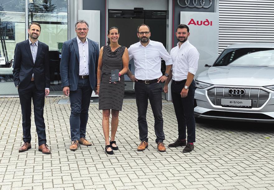 Sie freuen sich über die Auszeichnung des Audi Sales Cup 2019 (v.l.): Tobias van Dillen (Audi AG), Geschäftsführer Bernd Bielefeld und Stephanie von Ahsen, Michael Duwe (Audi Verkaufsberater) und Jonas Matschke (Audi Verkaufsberater)