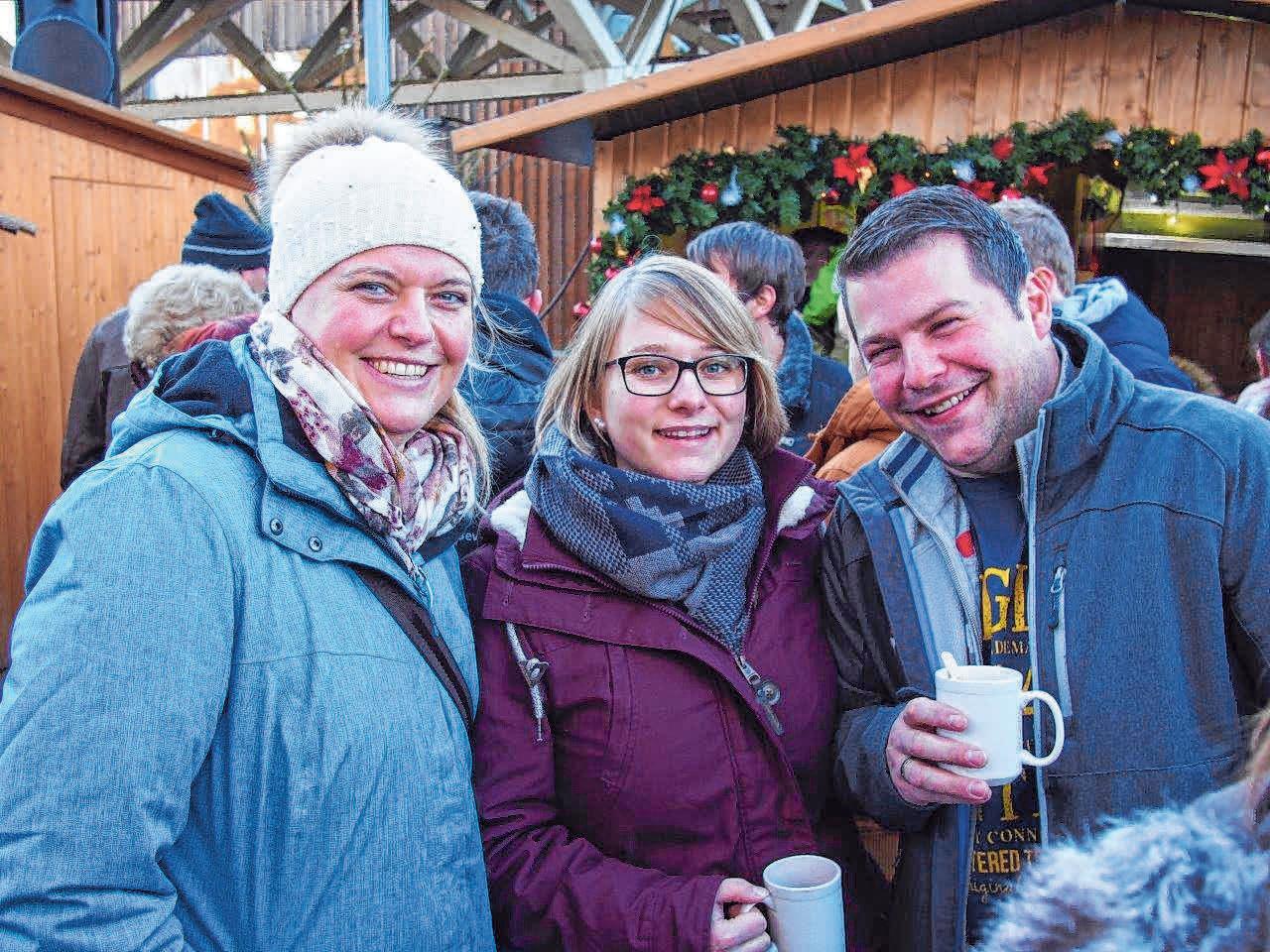 Besucher aus Nah und Fern lieben den Erisdorfer Markt wegen der kuscheligen, heimeligen Atmosphäre im Rund der Stände auf dem liebevoll dekorierten Marktplatz.