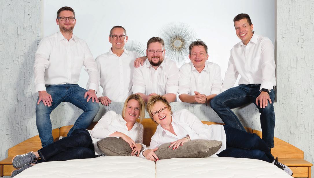Das Team von Bettenland Halstenbek mit Inhaber Klaus Nielsen (Zweiter von links) feiert 20-jähriges Firmenbestehen und überrascht die Kunden mit attraktiven Jubiläumsangeboten