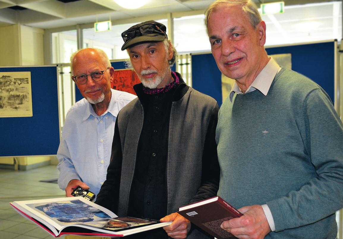Bernd Sieme (v. l.), Christoph Kühl und Dr. Klaus Deterding erinnerten bei der Ausstellungseröffnung an Siegfried Kühl, den Kunstpädagogen der Scharfenberg-Schule Fotos: Dörte Hoffmann