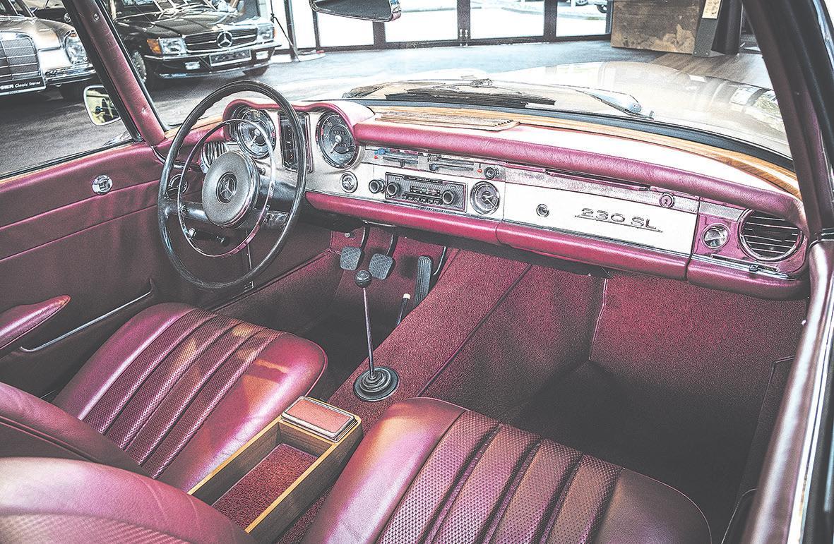Schöner lässt sich der Sommer kaum erfahren: Das Interieur der 230er Pagode von Mercedes-Benz zeigt sich stilsicher in bordeauxrotem Leder