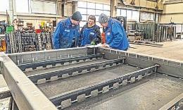 Eine Schweißingenieurin begutachtet mit zwei Mitarbeitern der MuR-Stahlbau GmbH die Schweißnähte an einem Turbinenrahmen. FOTOS (2):W. ZERFASS