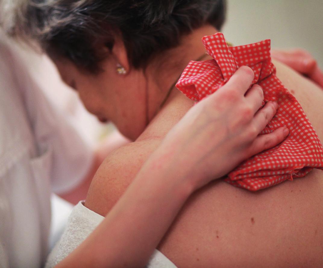 Die Ausbildung zur Pflegefachkraft umfasst einen theoretischen und einen praktischen Teil. Bildnachweis: AOK Mediendienst