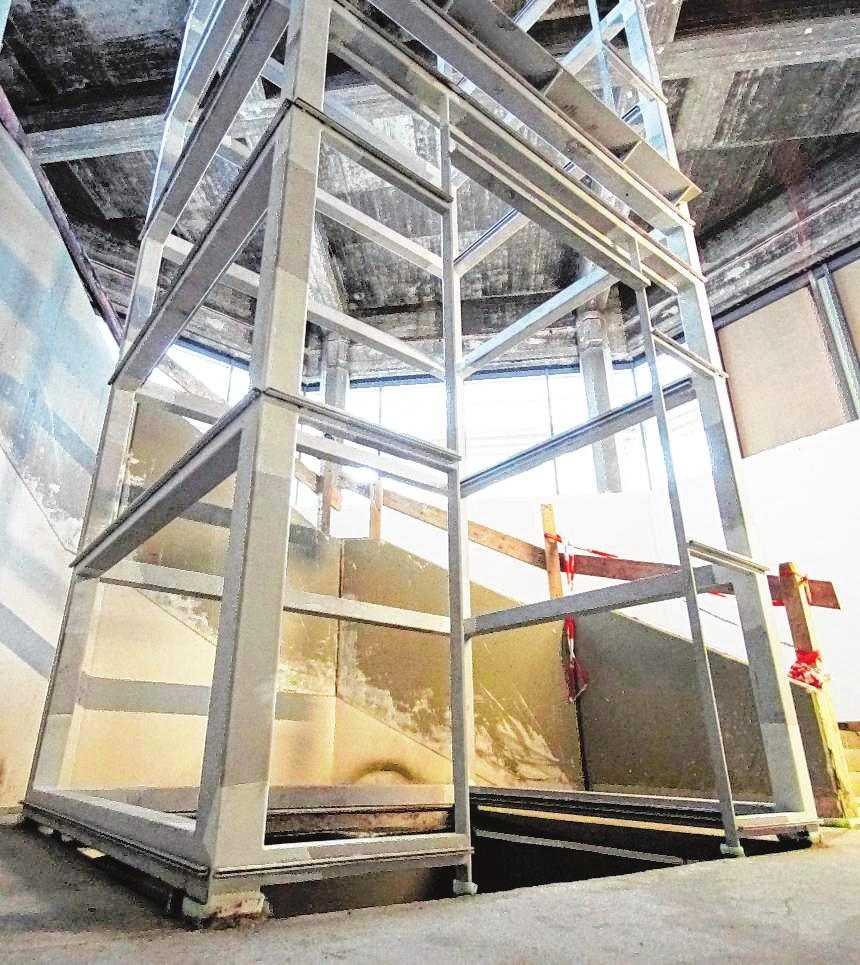 Für den großen Glasaufzug wurde bereits die Stahlkonstruktion montiert. Bilder: Thomas Zelinger