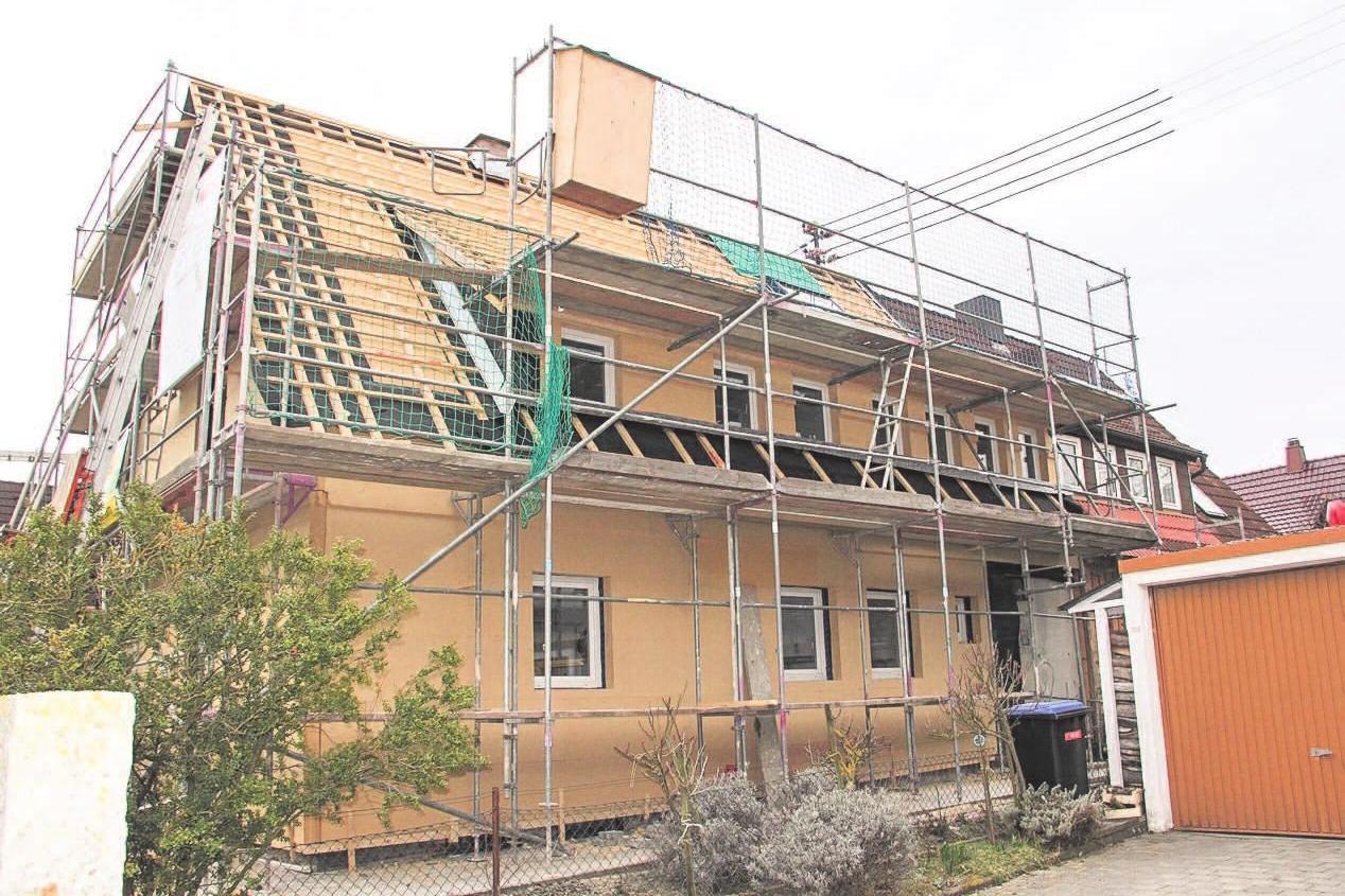 Holzfaser-Dämmplatten an der Fassade sind besonders stabil und druckfest. Schäden, beispielsweise durch spielende Kinder sind bei den Holzfaserplatten nicht zu befürchten. Foto: vdnr/akz-d