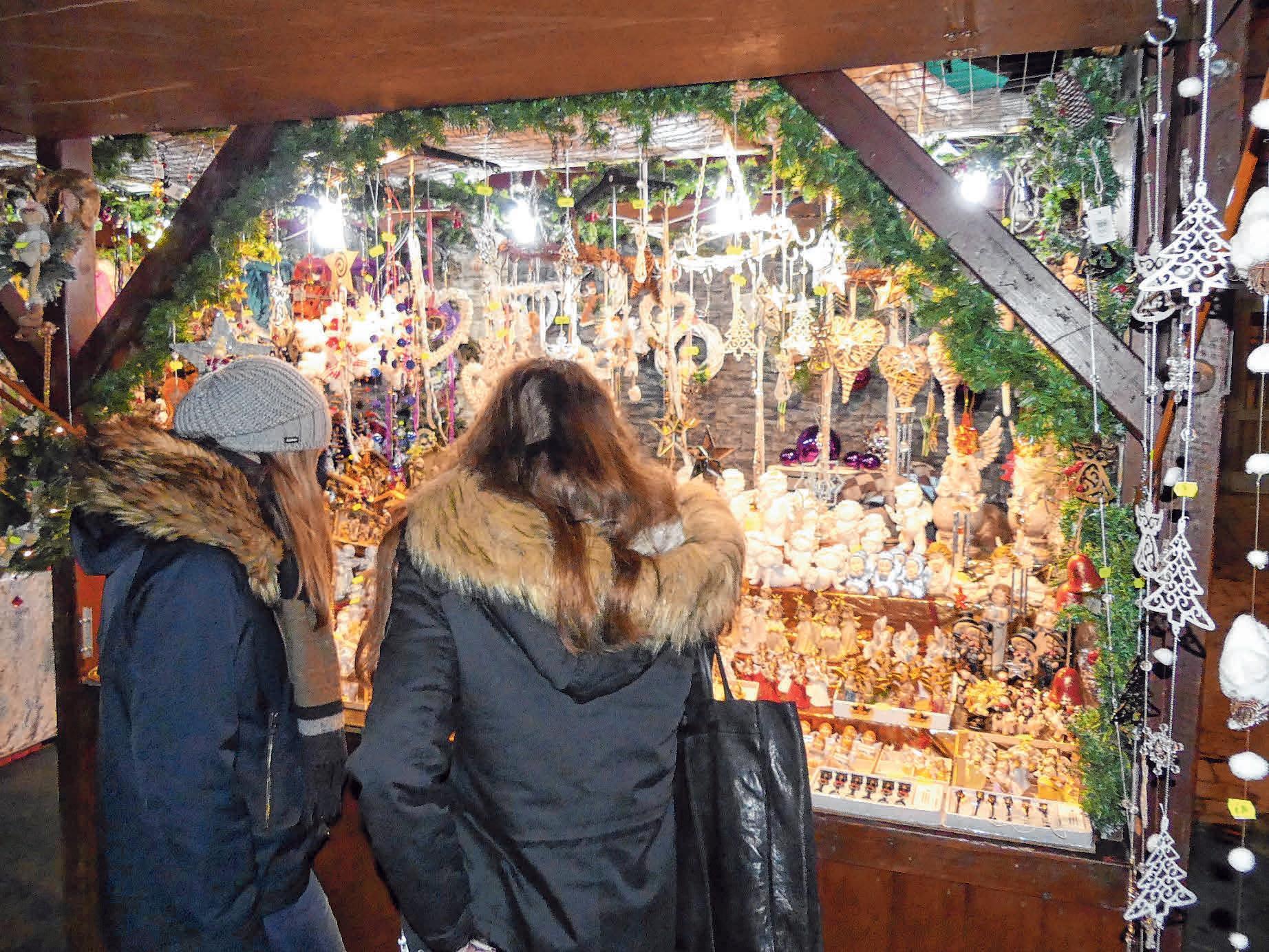 An den Ständen wird viel Weihnachtliches angeboten. FOTO: BURGHART