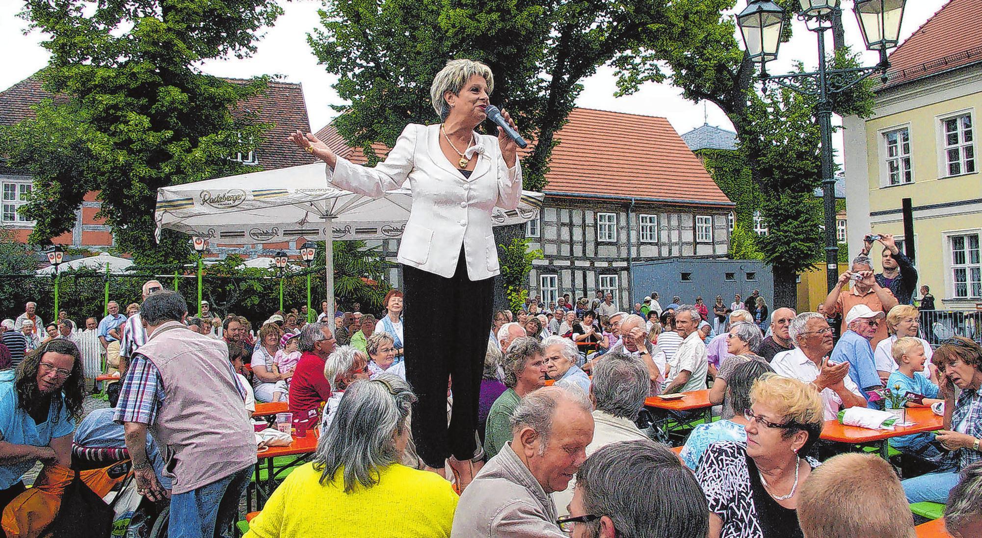 Dagmar Frederic in ihrem Metier: Die Sängerin wird auch in diesem Jahr zur 10. Ausgabe des Bärbel Wachholz-Schlagerfestes in Angermünde auftreten. Foto: Michael-Peter Jachmann
