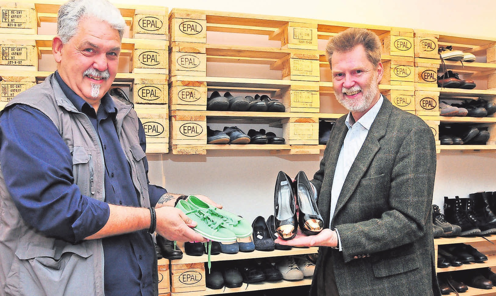 Ladenleiter Reiner Wesemann (links) und Leine-VHS-Geschäftsführer Jürgen Beckstette freuen sich auf die Eröffnung des Geschäfts.