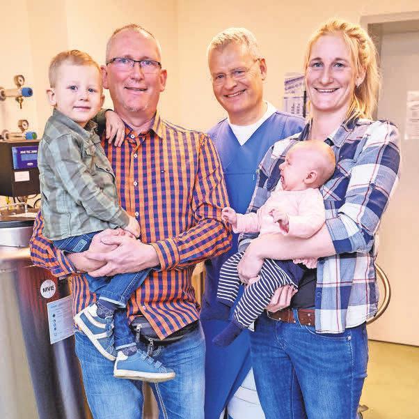 Ralf und Patricia Lindemann, die in der Nähe von Schwerin leben, kamen oft zum Zentrumsgründer Dr. Heiner Müller (M.). Sie freuen sich über Hanno (2) und Tilda (3 Monate).