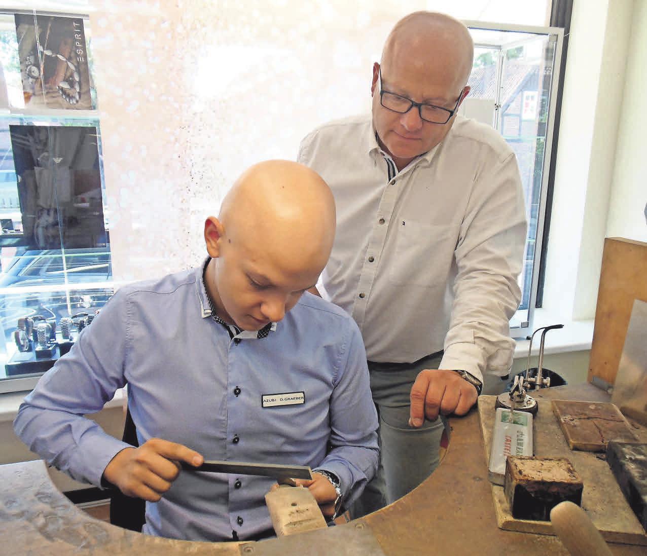 In der Werkstatt der Goldschmiede goldgraeber entstehen schöne Schmuckstücke.