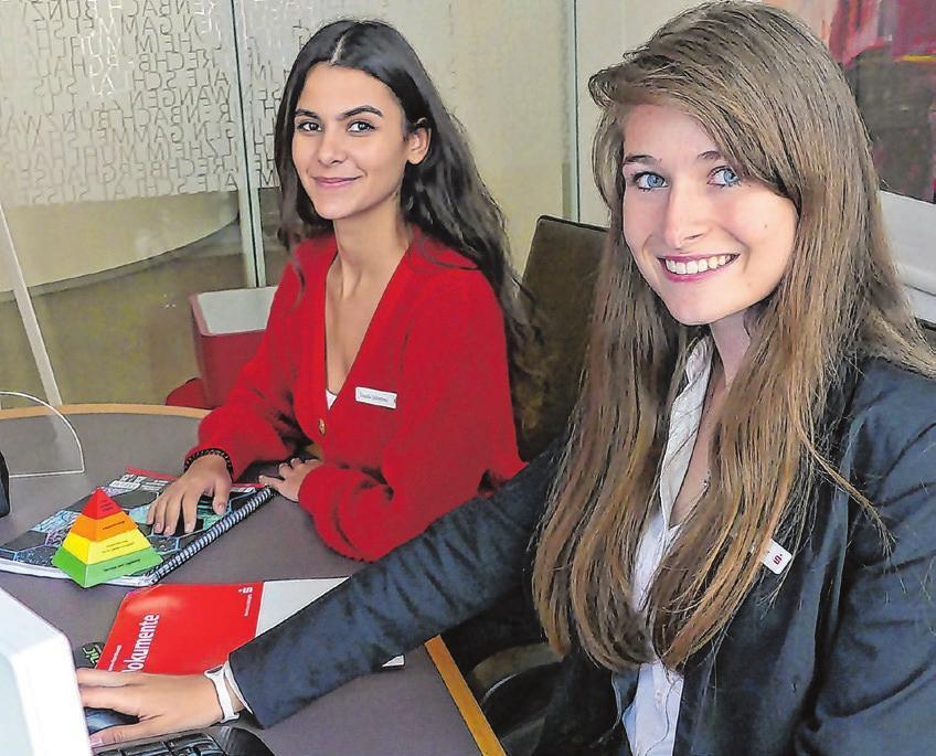 Ilayda Sönmez (links) und Monja Sauter sind beide Auszubildende zur Finanzassistentin.