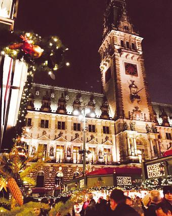 Das weihnachtlich beleuchtete Hamburg ist Ziel eines Tagesausflugs von Strunk Busreisen. Noch kann man sich für die Lichterfahrt am 15. Dezember anmelden Foto: Sabine Skibbe
