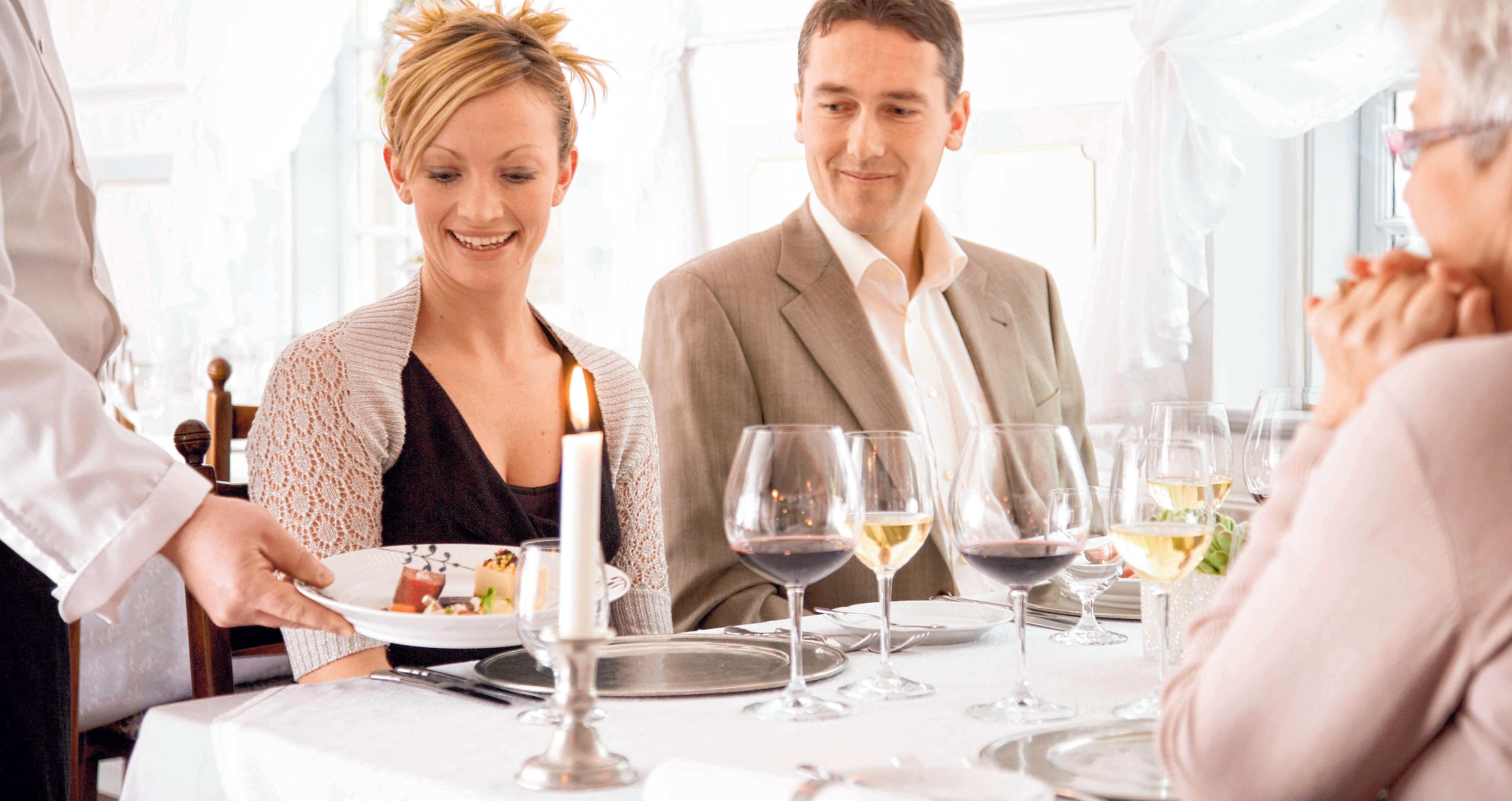 Die meisten Chefs laden ihre Mitarbeiter in der Vorweihnachtszeit zum Essen ins Restaurant ein. FOTO: COLOURBOX