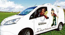Dörte Wollenberg, Vorstandsvorsitzende der ELG Mecklenburgische Schweiz eG, präsentiert einen Nissan mit Kühlaggregat. ©N. Fellechner