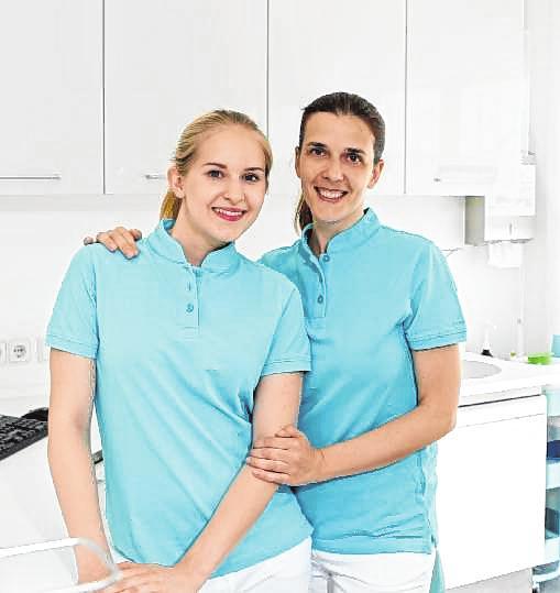 Die Prophylaxe-Helferinnen Christiane Arnold und Alma Fazlic.