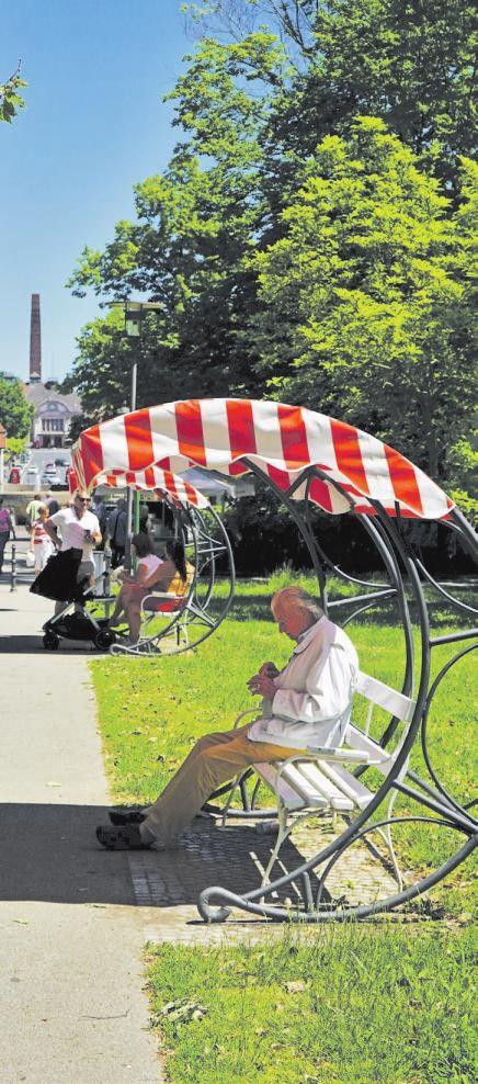 04 Unter großen Sonnenschirm-Bänken lässt sich ein Tag in den Parkanlagen des bekannten Kurortes mit allen Sinnen genießen.