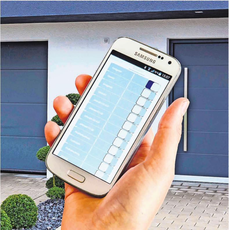 Mit Smartphone-Apps lässt sich die Alarmanlage auch unterwegs überwachen und steuern. Foto: djd/Telenot