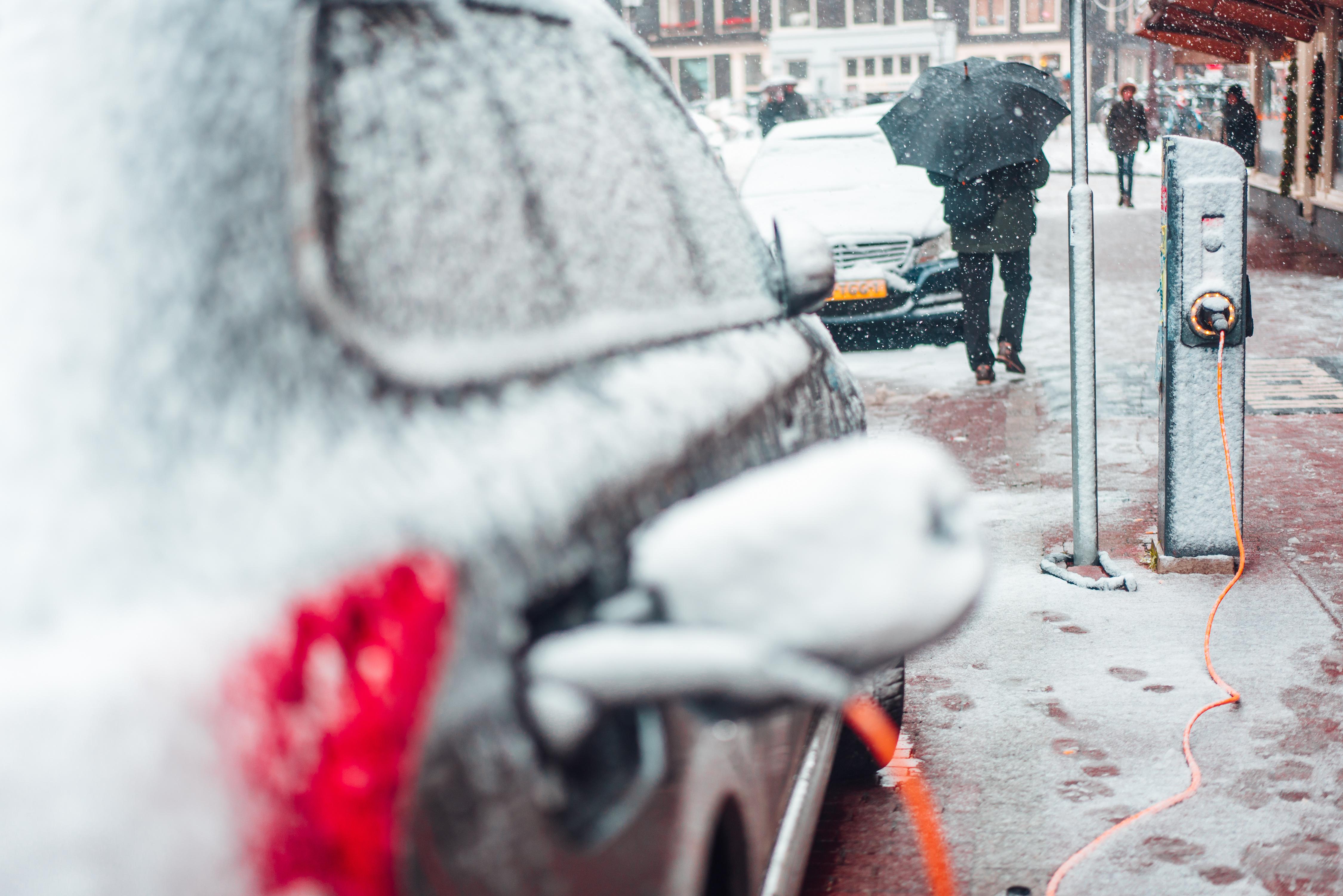 Elektrisch unterwegs bei Eis und Schnee © STOCK ADOBE
