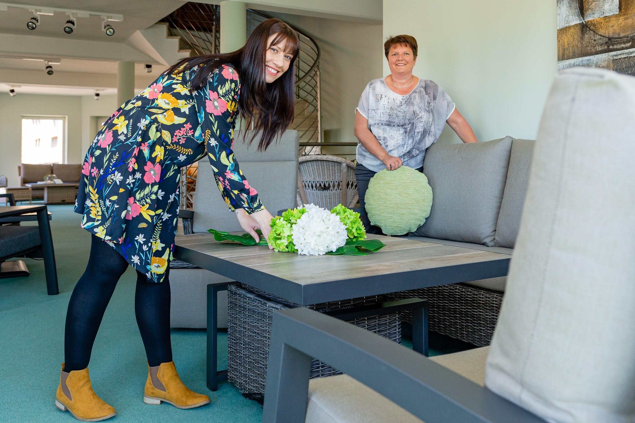 Inka Kötz (re.) und Josephine Wernecke dekorieren vor Eröffnung der Hausmesse noch die neuen Möbelkollektionen. FOTO: PRIVAT