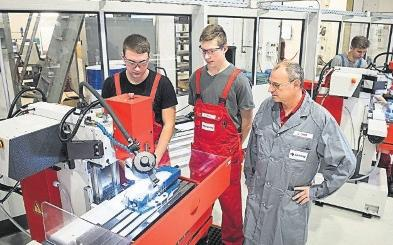 In der Naumburger Firma Gehring wurde 2019 der regionale Ausbildungsverbund Metall gestartet. Dem Thema Bildung, auch im beruflichen Spektrum, will sich der Kreis verstärkt widmen. FOTO: TORSTEN BIEL