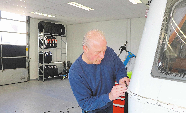 Rene Maseland freut sich, seinen Kunden den kompletten Service rund um Wohnwagen anbieten zu können. dazu gehört seit dem vergangenen Jahr auch eine eigene Werkstatt in der auch TÜV-Abnahmen erfolgen.