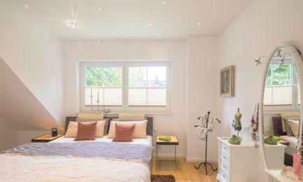 Schlafzimmer mit exklusiver Plameco-Decke und -Beleuchtung