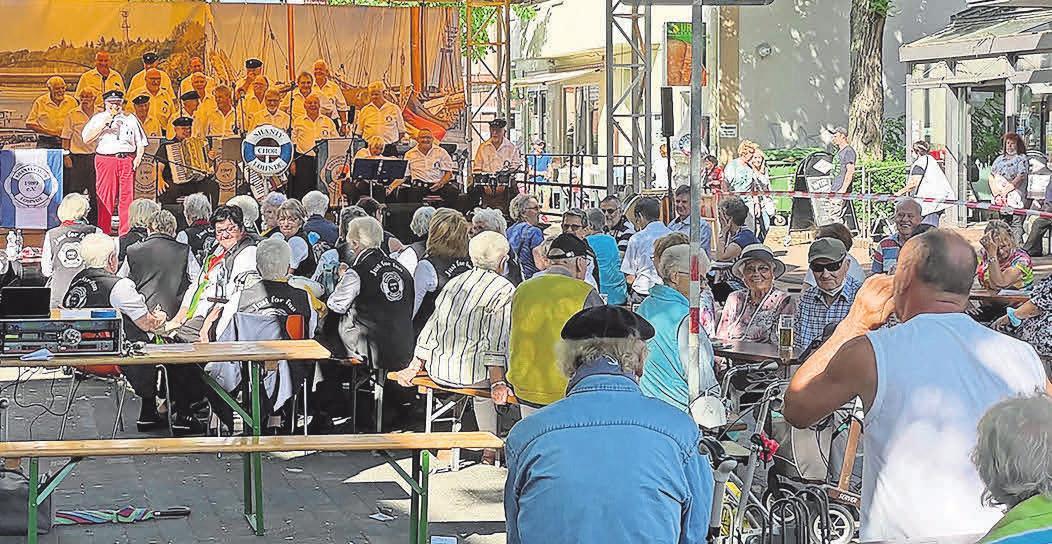 Der Shanty Chor Lohden sorgt für musikalische Unterhaltung auf der Bühne am Kreuzweg.