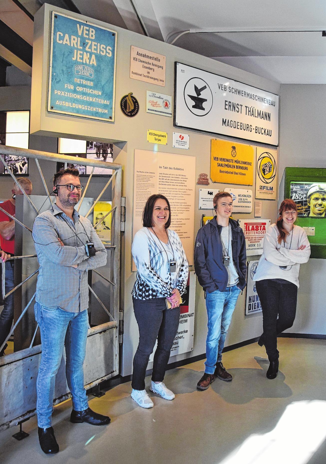 Sebastian Bünner, Anita Schmitt, Moritz Hüfner und Bernadette Köth lauschen den Ausführungen von Andreas Falge.
