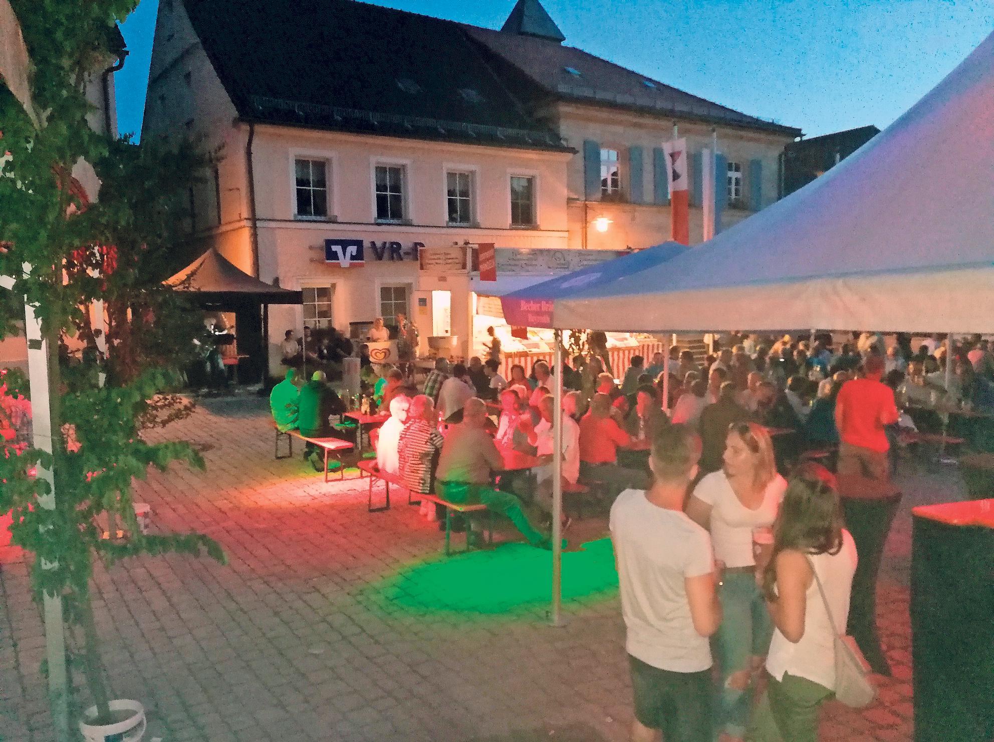 Stimmungsvoll: Der Goldkronacher Marktplatz verwandelt sich zur Kirchweih in einen großen Biergarten.