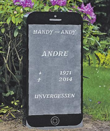"""Grabmal von """"Handy-Andy"""" auf dem Rahlstedter Friedhof. Fotos (2): Matthias Habel"""