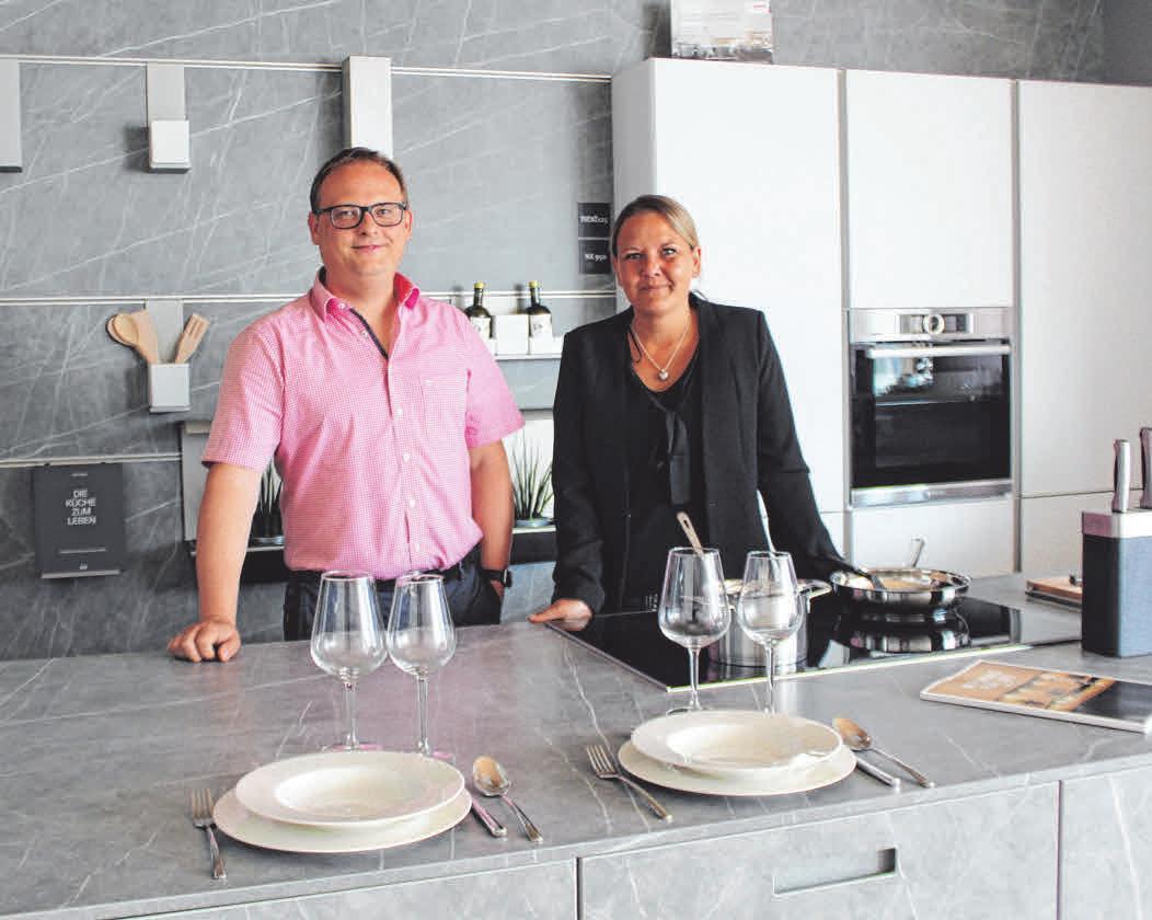 Michael Hinz und Küchenfachberaterin Kerstin Kurad sind die Ansprechpartner für individuelle Küchenplanung. FOTO: SU