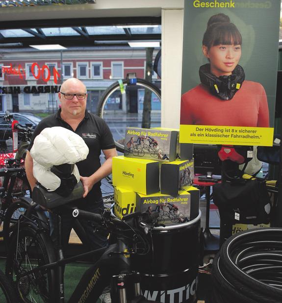 Oliver Müller zeigt den Helm mit dem Kragenschutz, der sich bei einem Unfall wie ein Airbag aufbläst Foto: Jordan