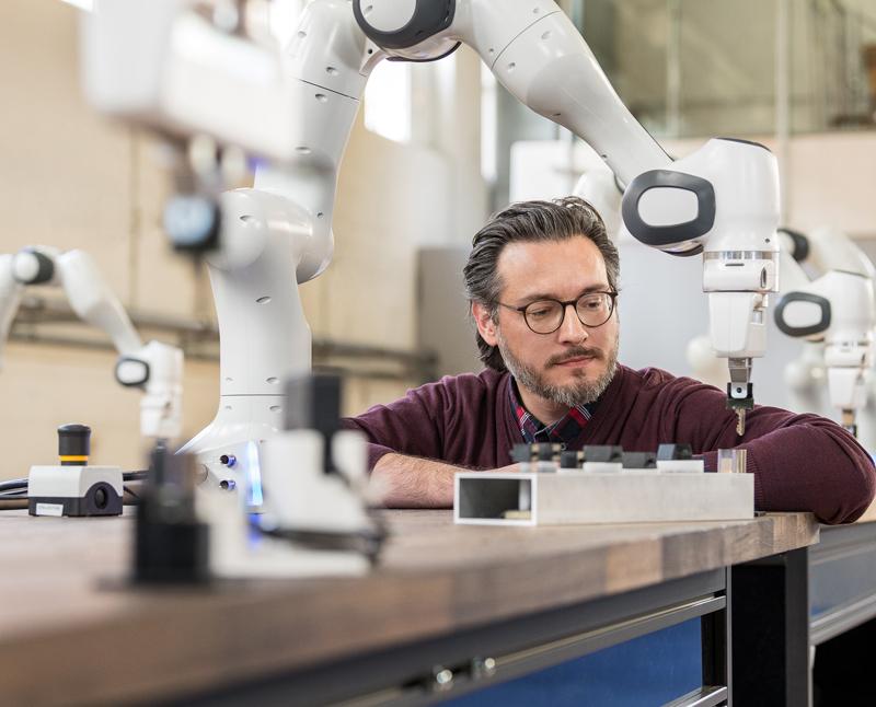 Sami Haddadin entwickelt Roboter, die medizinisches Personal unterstützen und schützen.