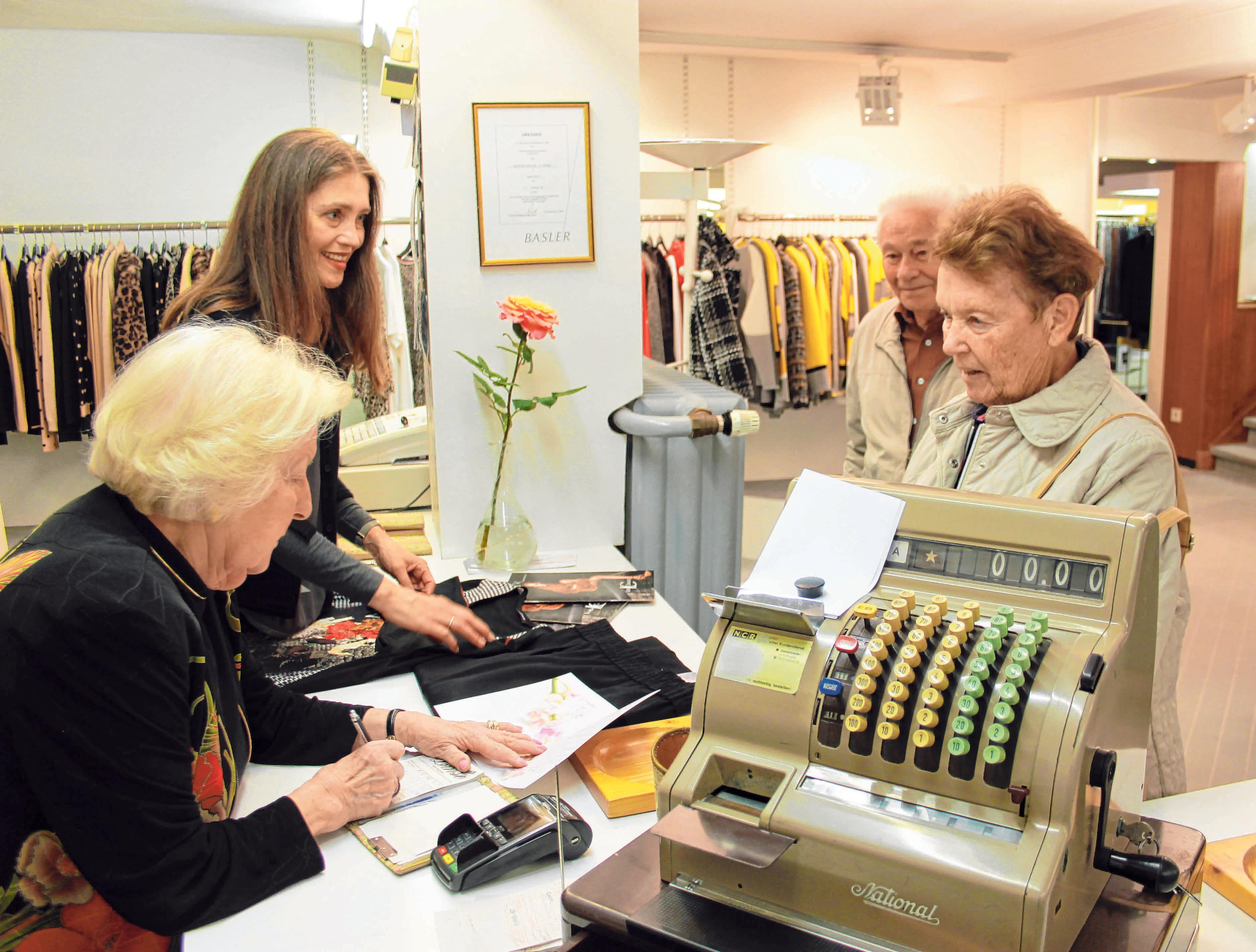 """In ihrem Modehaus ist Sigrid Fried (links) in ihrem Element. Neben der persönlichen Beratung und dem umfassenden Service muss immer Zeit für ein """"Schwätzchen"""" mit den Kunden bleiben."""