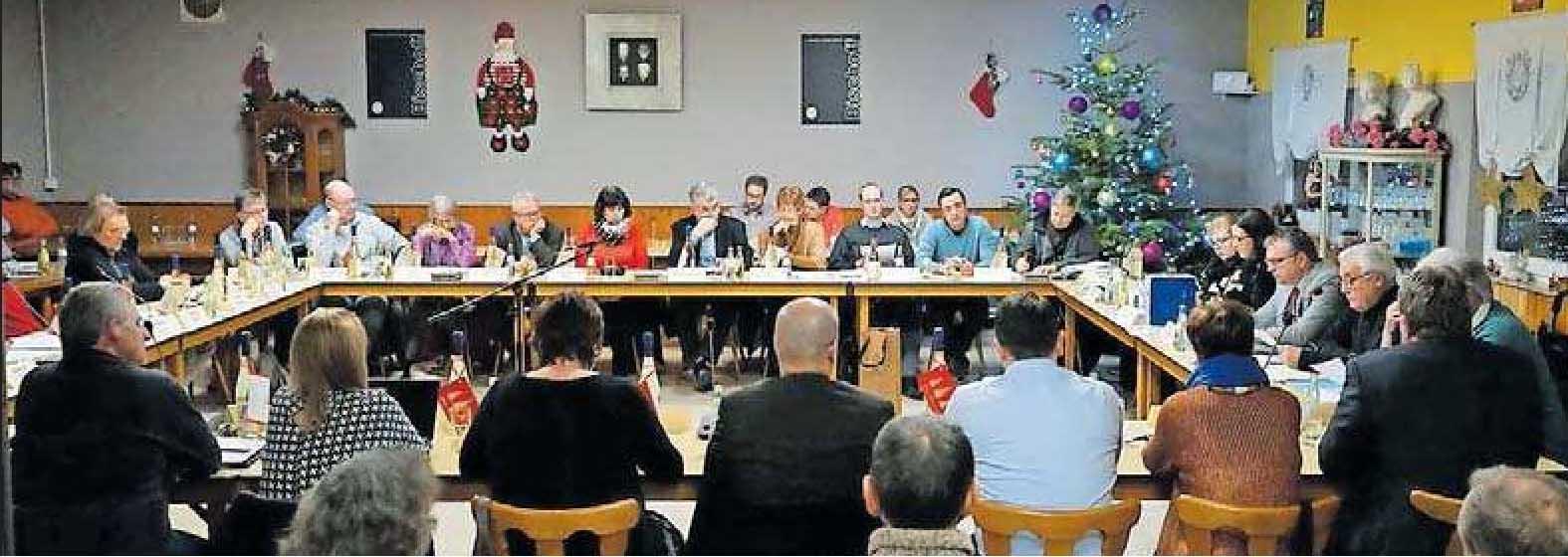 """Historischer Moment: Am 19. Dezember hat sich der Verbandsgemeinderat Rockenhausen zur letzten Sitzung vor der Auflösung der VG getroffen. Tagungsort war die Gaststätte """"Zum Häcksler"""" in Seelen. Auch die steht nun leer – wassich, wie der Bürgermeister hofft, bald ändern wird. FOTO: HAMM"""