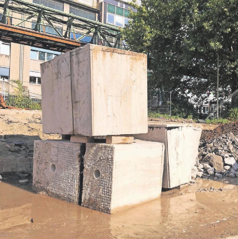 Die Deckenplatte des Bunkers wurde in über 50 Teile zersägt, ehe diese einzeln abtransportiert werden konnten.