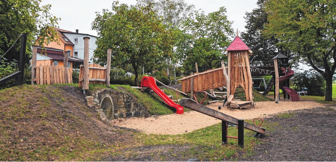 Der Spielplatz am Ortseingang wurde mit neuen Elementen aufgewertet. FOTOS: CHRISTIANE REUTHER