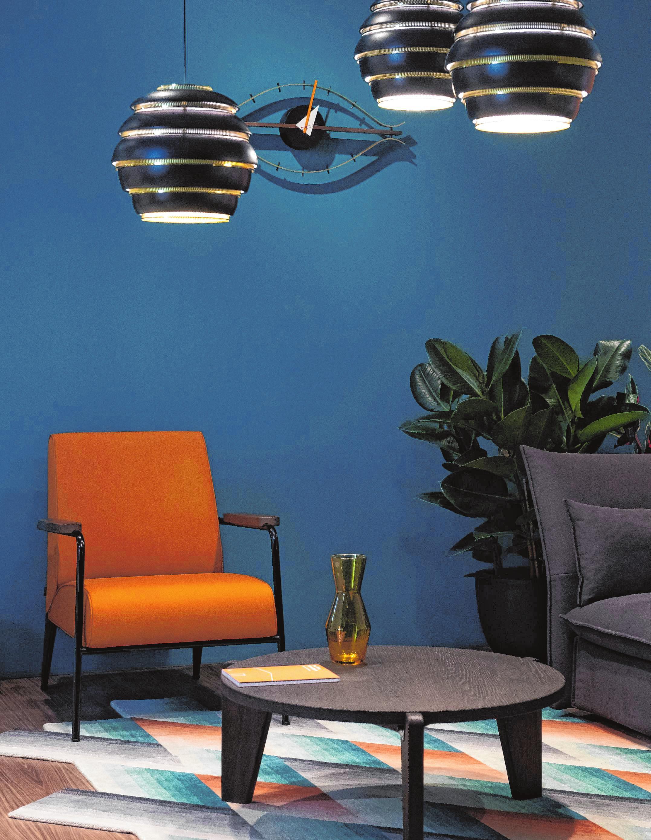 Ein Sessel in auffälliger Farbe – hier von Vitra – ist ein schöner Blickfang im Raum.