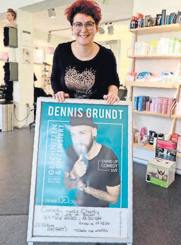 Eine paar freie Plätze gibt es noch: Die Friseurin Tina Jalecz lädt zur Stand-Up-Comedy-Show mit Dennis Grundt ein.