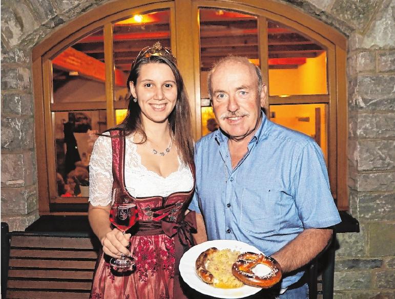 Die Weinprinzessin Nadine und Burkard Heßdörfer, der Vorsitzende Winzervereins laden zum Bratwurstfest nach Retzbach ein.FOTOS: GÜNTER ROTH