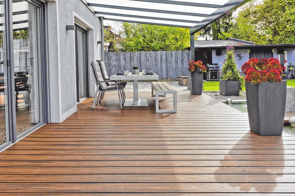 Hausbesitzer entscheiden sich immer häufiger zugunsten sogenannter ummantelter Verbundstoffdielen für die Terrasse. FOTOS: DJD/TREX