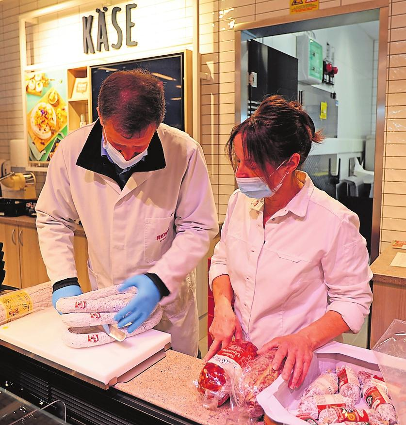 Rüdiger Groh, Gebietsmanager Service/Gastro, gibt Beatrix Meyer Tipps fürs Aufschneiden von Salami. FOTO: BENNDORF