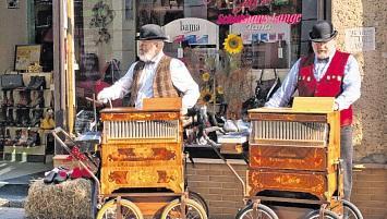 Drehorgerspieler umrahmten musikalisch das Angebot der Einzelhändler in der Innenstadt. FOTO: ZAPLO