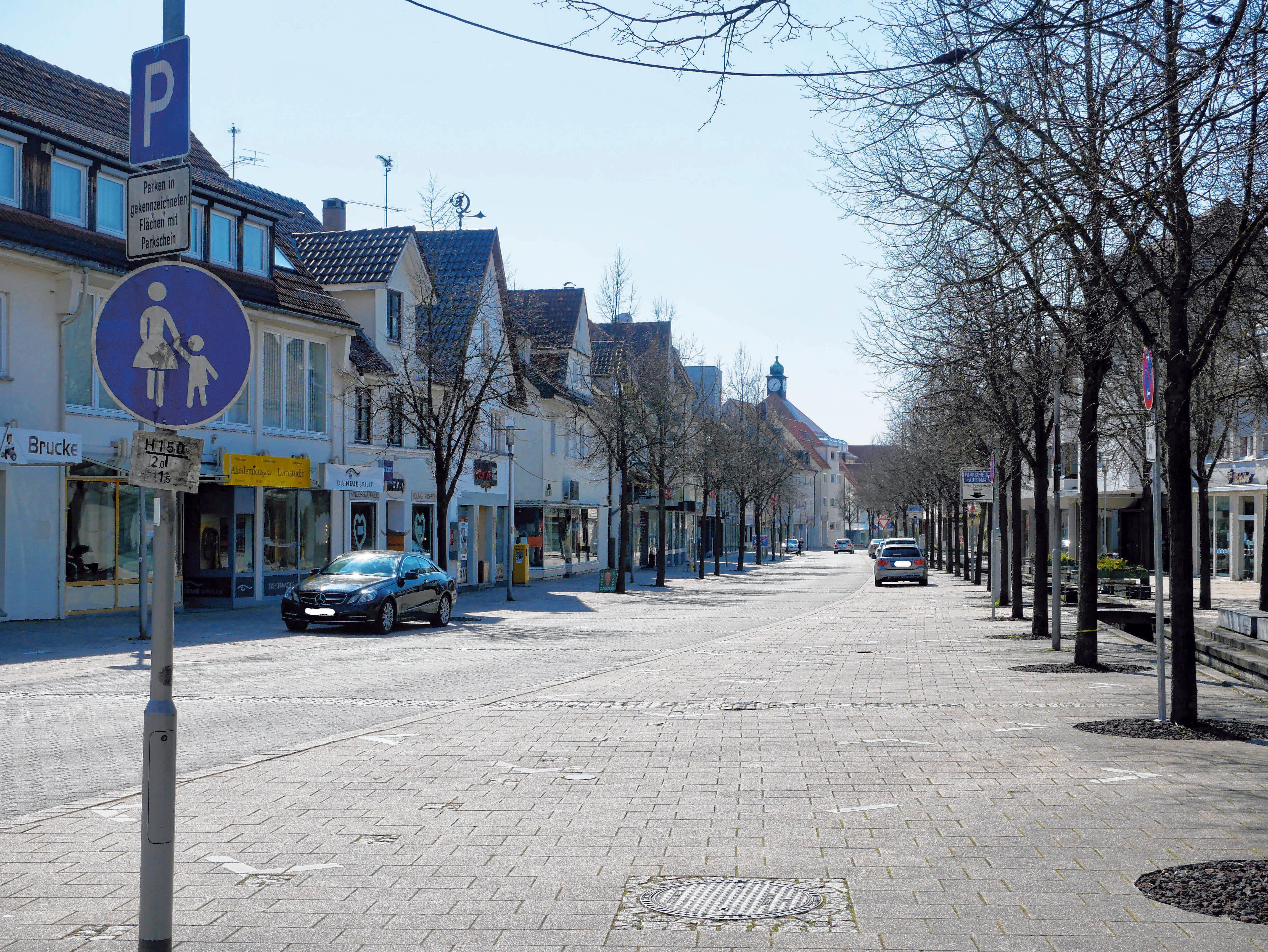 Leere Strassen und geschlossene Geschäfte prägen derzeit Laupheims Innenstadt. FOTO: BARBARA BRAIG