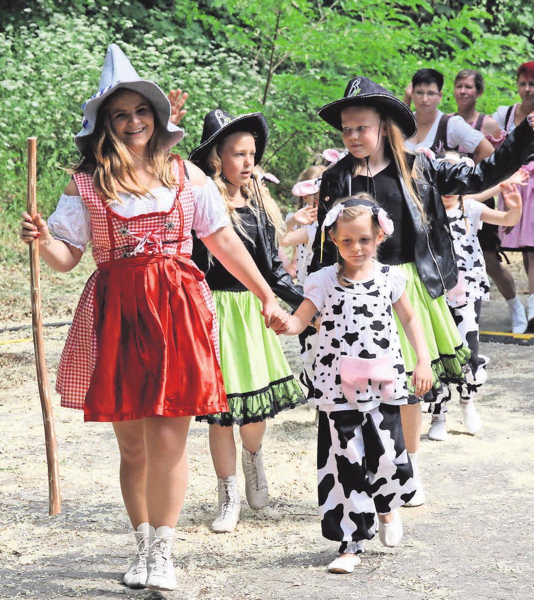 Kinder der Stadt präsentieren ihre Talente bei verschiedenen Darbietungen. Hier die Fliedertänzer in bunten Kostümen.