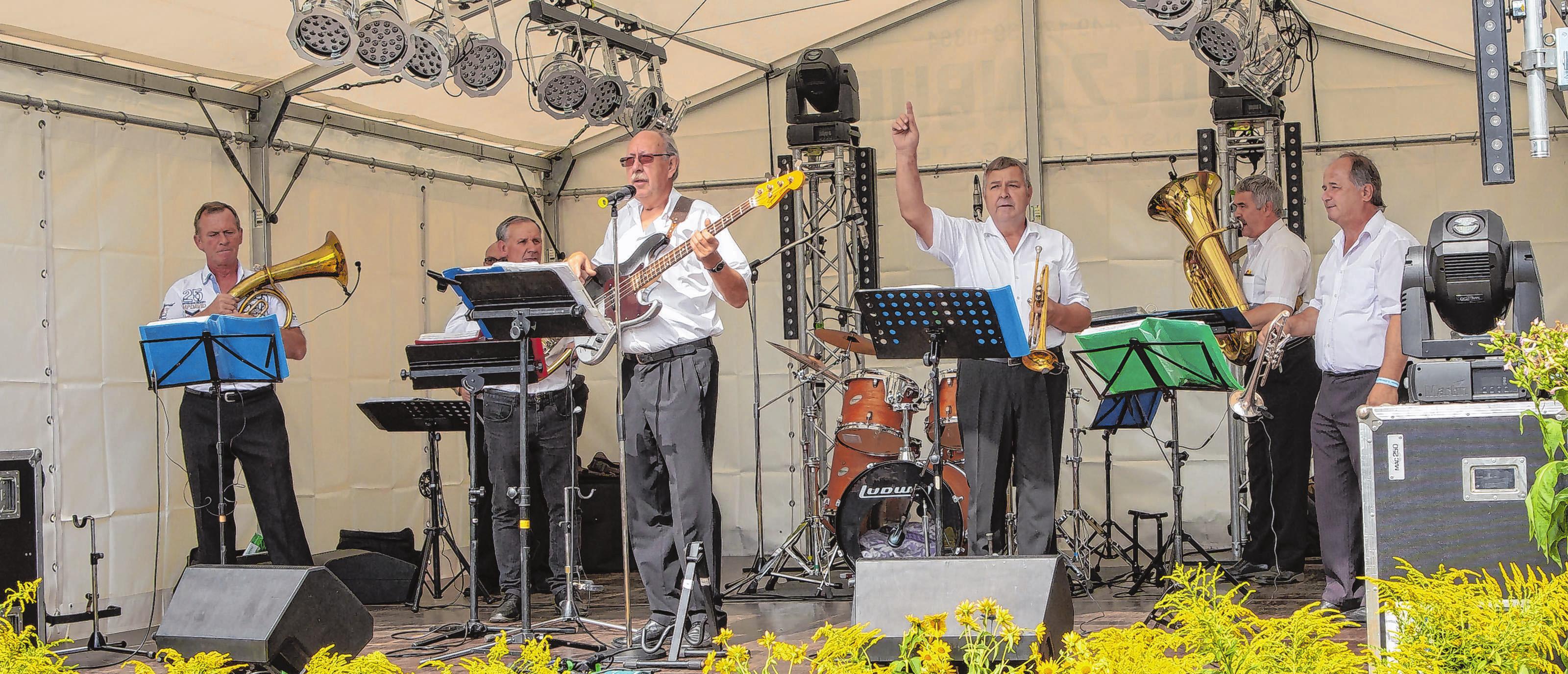 Geben den Ton an: Die Angermünder Musikanten zählen zu den Stammgästen auf der Bühne des Vierradener Marktplatzes. Sie geben den Rhythmus des Tages vor.