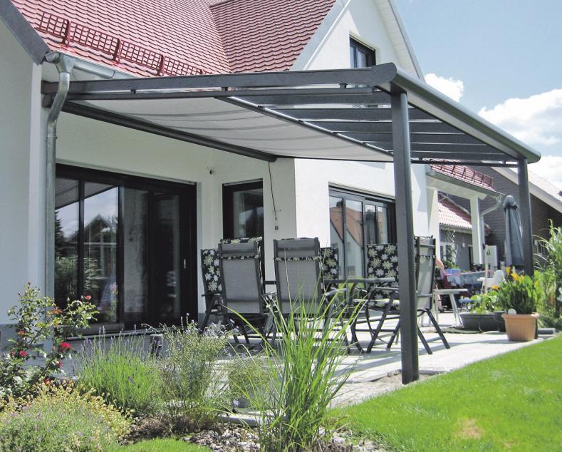 Ein Terrassendach in Alu-Ausführung kommt bei einem Frühlingsschauer genau richtig. scadeo.com
