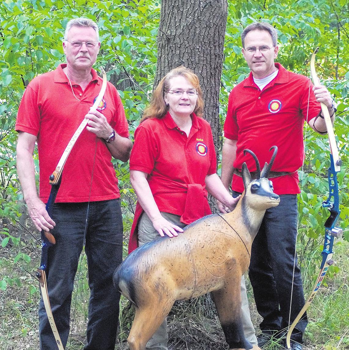 Ulrich Paape (von links), Monika Gehrke und Teja Müller freuen sich über eine erfolgreiche Landesmeisterschaft. Foto: Nico Müller